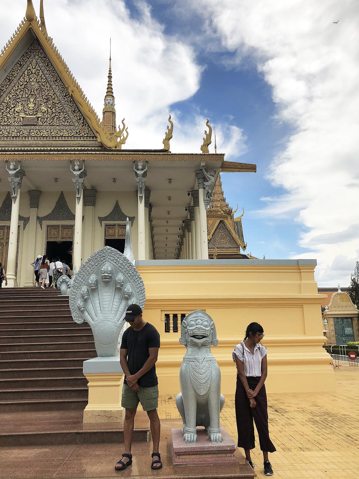 phnom-penh-royal-palace-posing